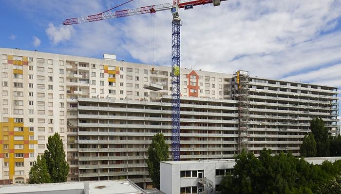 Des extensions sont posées sur les façades longitudinales
